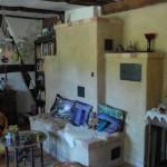 Ein einladender Lehmofen wärmt Küche und Wohnzimmer