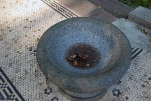 Schale vor dem Mausoleum