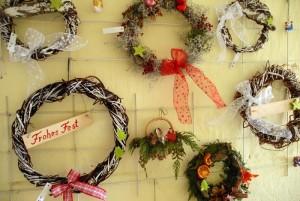 Weidenkränze und Weihnachtsgestecke